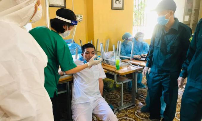 Thời tiết nắng nóng, nhiều nhân viên y tế bị kiệt sức, cần hỗ trợ của đồng nghiệp. Ảnh: Thanh Xuân