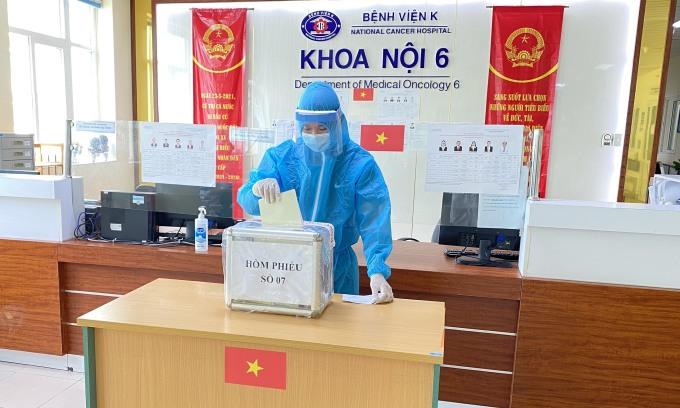 Bầu cử tại Bệnh viện K. Ảnh: Hà Trần.