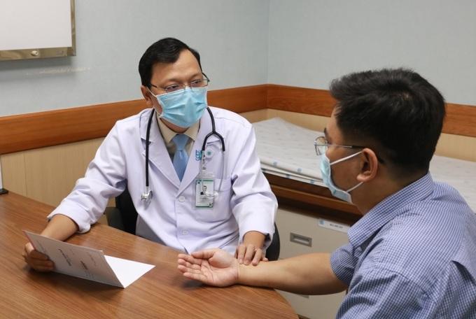 Một bệnh nhân trẻ tuổi tái khám sau khi điều trị nhồi máu cơ tim. Ảnh: Nam Phương