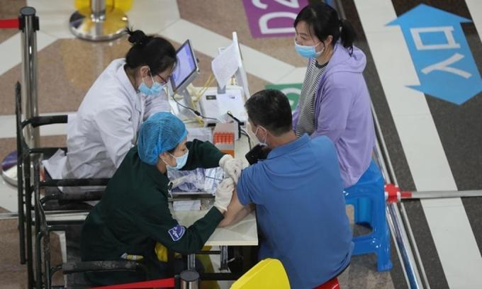 Người dân được tiêm vaccine Covid-19 tại Bệnh viện Dadong của Thẩm Dương, tỉnh Liêu Ninh, Trung Quốc, ngày 18/5. Ảnh:Tân Hoa Xã