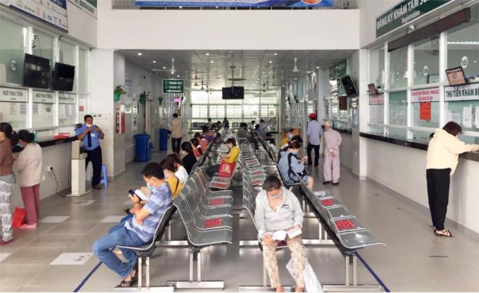 Người bệnh ngồi thoải mái, giãn cách tại khu đăng kí khám tại cơ sở 1 ở Bình Thạnh, không còn phải chen chúc đứng ngồi như hàng chục năm nay, vì bệnh nhân đã dần chuyển đến cơ sở 2, ảnh chụp ngày 24/5. Ảnh: Sở Y tế TP HCM.