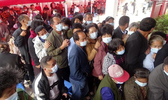 Người dân chen nhau xếp hàng tiêm vaccine tại một điểm tiêm chủng vùng nông thôn ở tỉnh An Huy hôm 13/5. Ảnh:AP.