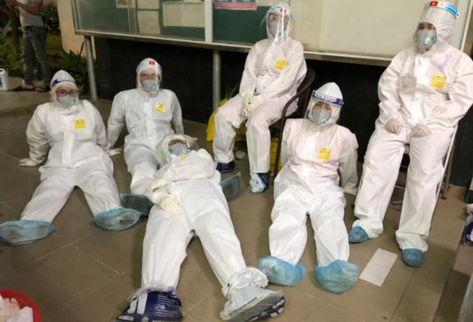 Nhân viên y tế huyện Tiên Du, Bắc Ninh tranh thủ ngả lưng sau đêm trắng 13/5 lấy mẫu cho công nhân ở huyện Yên Phong. Ảnh: Nhân vật cung cấp.