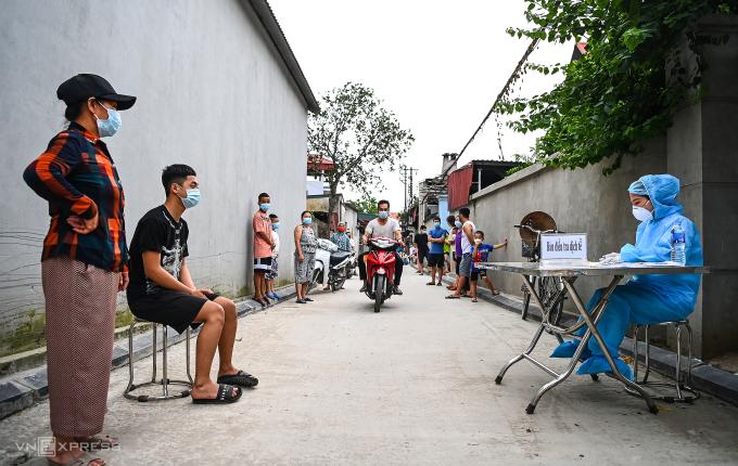 Xét nghiệm nhanh cho người dân thôn Lỗ Giao, xã Việt Hùng, huyện Đông Anh. Ảnh: Giang Huy.