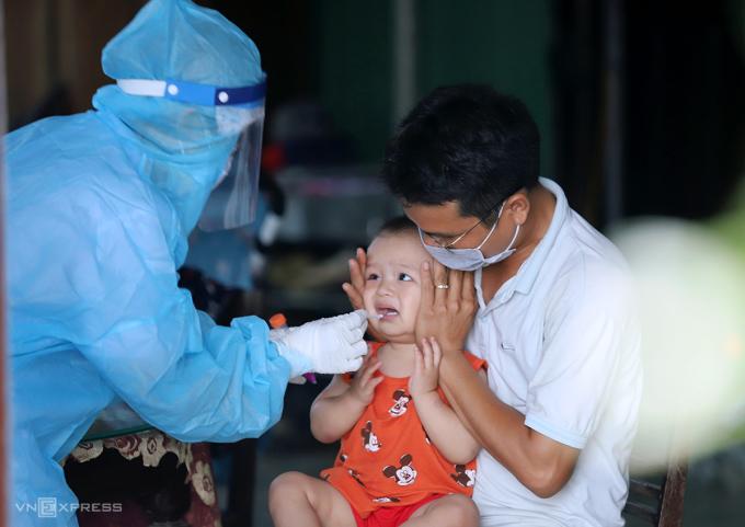 Cán bộ y tế lấy mẫu xét nghiệm nCoV cho người dân ở huyện Thạch Hà hồi đầu tháng 5. Ảnh: Đức Hùng