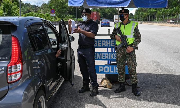 Chốt kiểm soát trên cao tốc Kuala Lumpur - Kayrak sau khi Malaysia áp lệnh hạn chế đi lại toàn quốc. Ảnh: AFP.