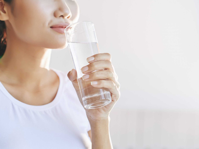 Uống đủ nước mỗi ngày để giúp nhiều cơ quan hoạt động trơn tru hơn, phòng tránh nhiệu bệnh. Ảnh: freepik.