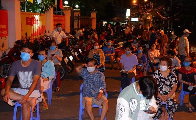 Lấy mẫu xét nghiệm cho người dân phường 9, quận Gò Vấp, đêm 29/5. Ảnh: Trung tâm Kiểm soát Bệnh tật TP HCM.