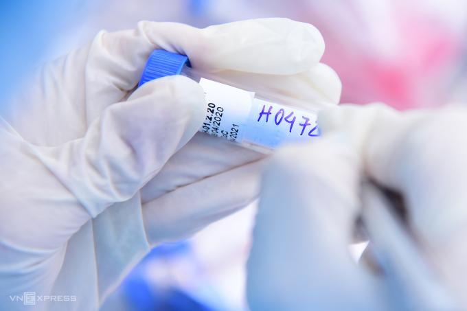 Trung tâm kiểm soát bệnh tật lấy mẫu xét nghiệm cho người dân Hà Nội, ngày 14/4. Ảnh: Giang Huy.