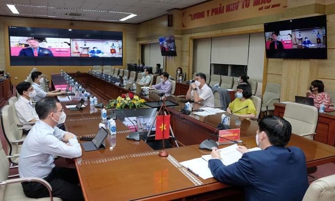 Bộ trưởng Long họp trực tuyến với đại diện Covax. Ảnh: Trần Minh.