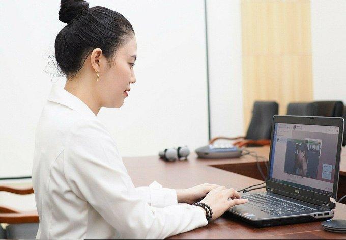 Bác sĩ Bệnh viện Da liễu TP HCM tư vấn trực tuyến cho người bệnh. Ảnh do bệnh viện cung cấp.