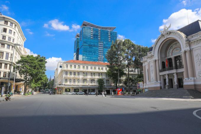 Đường phố TP HCM vắng vẻ trong ngày đầu thực hiện giãn cách, nhiệt độ những ngày qua khoảng 34 độ C. Ảnh: Quỳnh Trần
