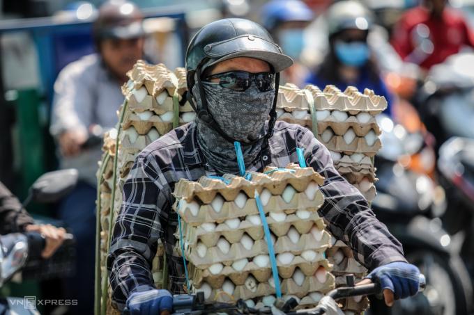 Người dân nên trang bị áo chống nắng, găng tay, mũ, kính mắt,...khi ra đường để tránh nắng. Ảnh: Thành Nguyễn