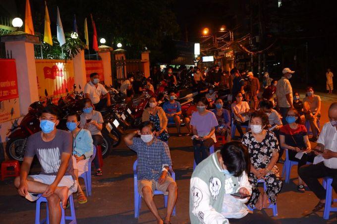 Người dân phường 9, quận Gò Vấp đến điểm lấy mẫu đêm 29/5. Ảnh: HCDC