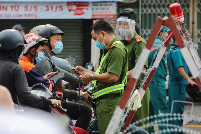 Chốt kiểm soát Covid - 19 trên đường Phan Văn Trị, quận Gò Vấp ngày 1/6/2021. Ảnh: Quỳnh Trần.