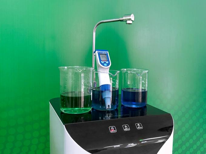 Nước Hydrogen ion kiềm từ máy lọc nước Kangaroo được đo bằng bút chuyên dụng.