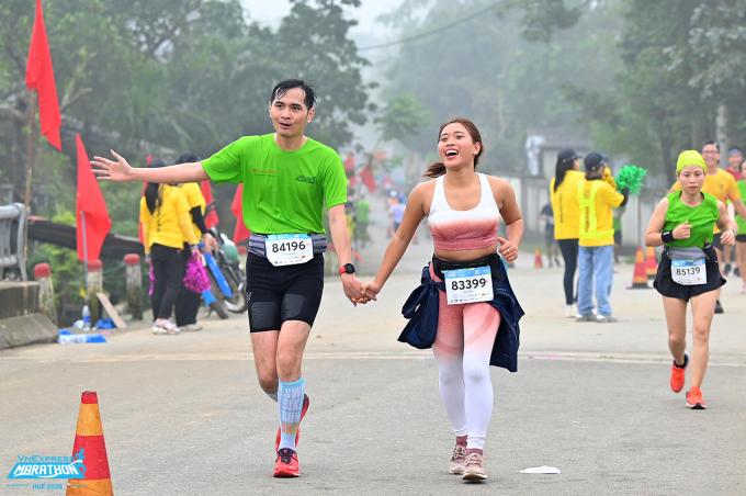 Hai runner trải nghiệm đường chạy VM Huế 2020. Ảnh: VnExpress Marathon.