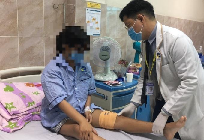 Bé gái sau khi được phẫu thuật đã có thể co gập gối, khép đùi dễ dàng. Ảnh: Bệnh viện cung cấp