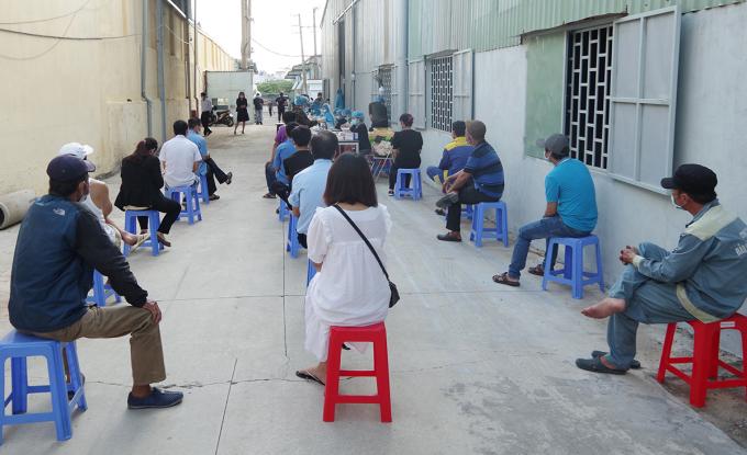 Nhân viên Bệnh viện Quân y 175 lấy mẫu xét nghiệm Covid-19 tại phường 14, quận Gò Vấp, chiều 3/6. Ảnh: Hoàng Long.
