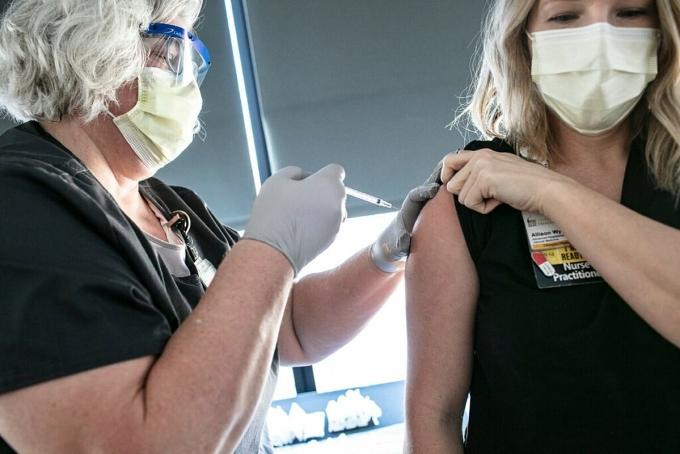 Y tá tại Bệnh viện Đại học Iowa được tiêm vaccine Covid-19, tháng 12/2020. Ảnh: NY Times