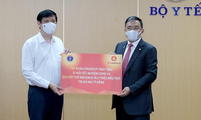 Bộ trưởng Nguyễn Thanh Long tiếp nhận hỗ trợ từ đại diện tập đoàn Vingroup. Ảnh: Trần Minh.