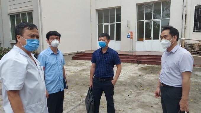 Bác sĩ Cấp (phải) kiểm tra công tác điều trị bệnh nhân Covid-19 Bắc Ninh. Ảnh: Anh Tuấn.