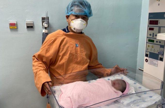 Em bé chào đời trong phòng áp lực âm trong khi chờ mẹ có kết quả xét nghiệm tầm soát Covid-19. Ảnh: Bệnh viện Đại học Y dược