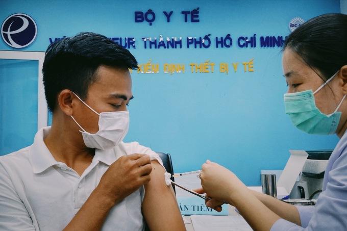 Tiêm vaccine phòng Covid-19 cho tuyến đầu tham gia tuyên truyền chống dich Covid-19 tại TP HCM. Ảnh: Hữu Khoa