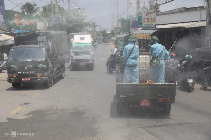 Quân khu 7 phun khử trung, tiêu độc các khu vực trên phường Thạnh Lộc, quận 12, nơi có ca nhiễm covid-19. Ảnh: Quỳnh Trần.