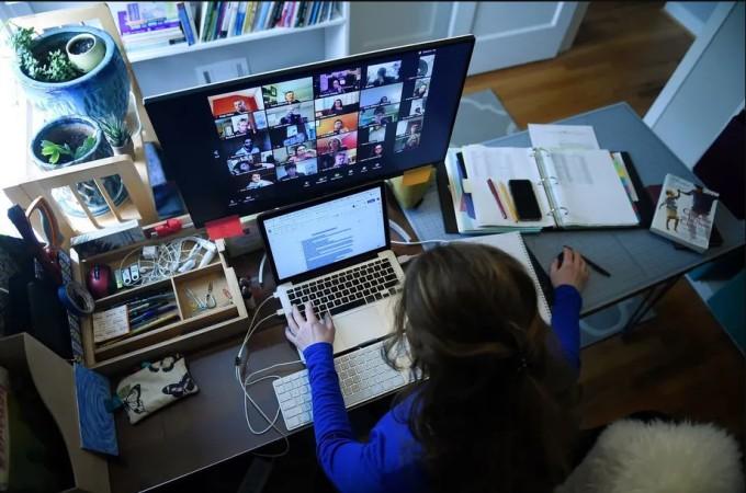 Người phụ nữ làm việc tại nhà do giãn cách chống Covid-19. Ảnh: AFP.