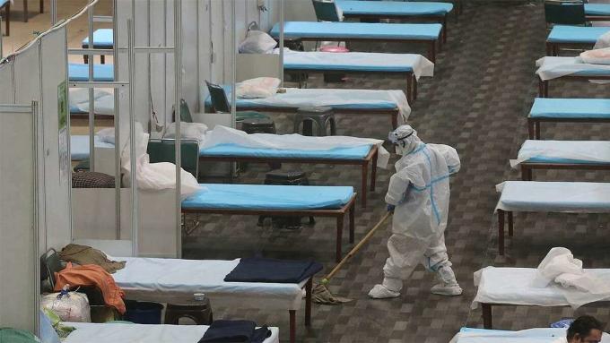 Nhân viên y tế lau dọn một bệnh viện dã chiến ở Mumbai. Ảnh: Reuters