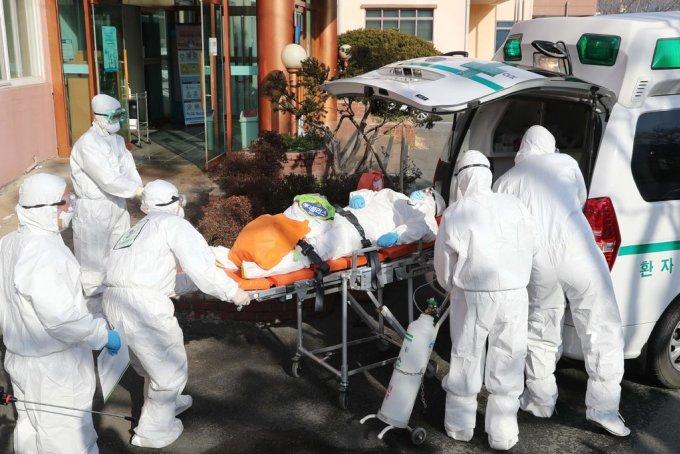 Bệnh nhân Covid-19 được chuyển đến bệnh viện Daenam, Daegu. Ảnh: AFP