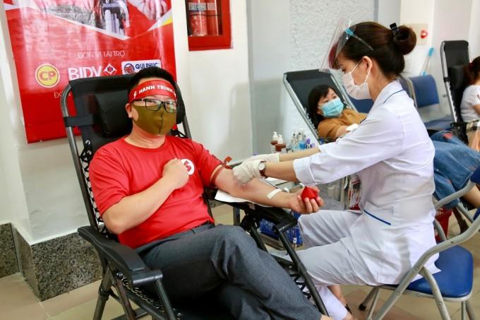 Anh Lê Minh Tuấn tham gia hiến máu trong chương trình Hành Trình đỏ tại Lai Châu. Ảnh: Công Thắng.