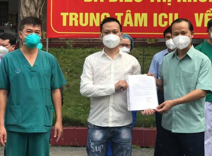 Bác sĩ Trần Thanh Linh và ông Mai Sơn - Phó chủ tịch tỉnh Bắc Giang trao công bố khỏi bệnh cho bệnh nhân. Ảnh: Bộ Y tế cung cấp