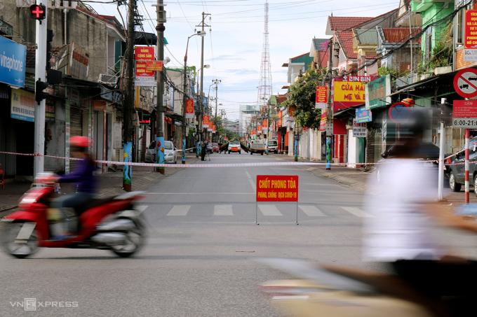 Một đoạn đường Xuân Diệu, phường Bắc Hà, TP Hà Tĩnh, nơi gần gia đình bé trai sinh sống, bị phong tỏa sáng 10/6. Ảnh: Đức Hùng