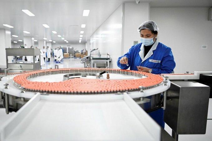 Vaccine Sinovac được sản xuất tại một nhà máy ở Bắc Kinh năm 2020. Ảnh: AFP