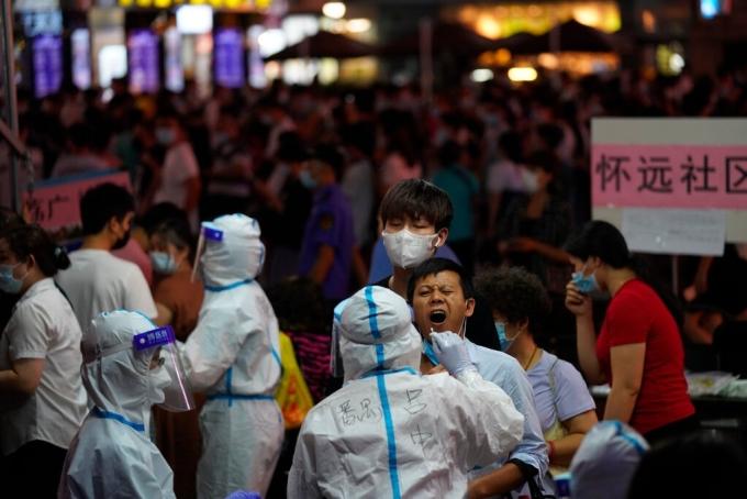 Người dân Quảng Châu xếp hàng xét nghiệm nCoV, tháng 5/2021. Ảnh: AP