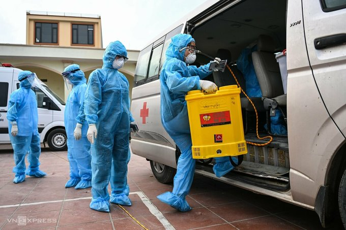 Lực lượng y tế làm việc tại thôn Lỗ Giao, huyện Đông Anh, ngày 3/5. Ảnh: Văn Thành.
