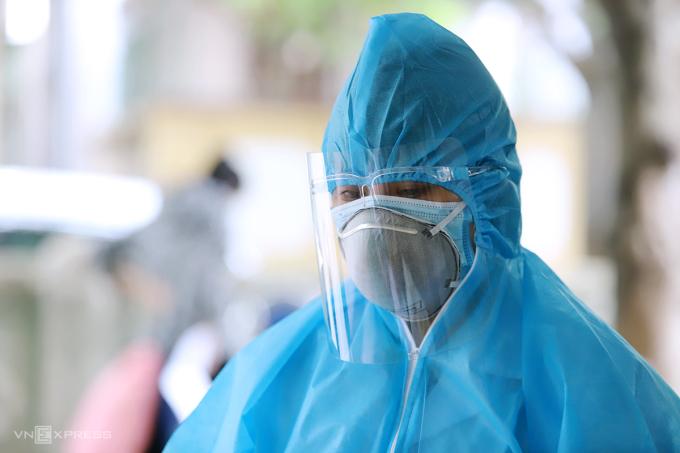 Cán bộ y tế làm nhiệm vụ lấy mẫu xét nghiệm ở TP Hà Tĩnh, chiều 10/6. Ảnh: Đức Hùng