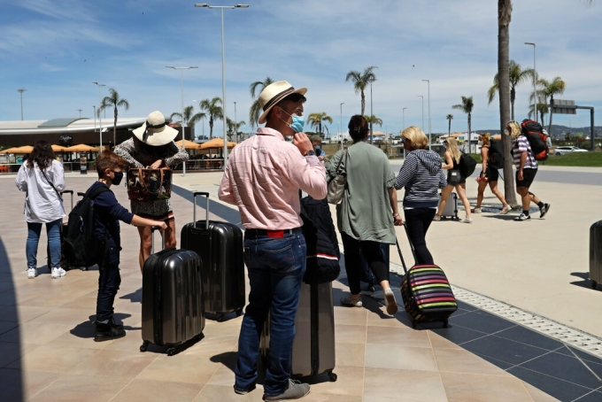 Khách du lịch có mặt tại Algarve, miền nam Bồ Đào Nha, tháng 5/2021. Ảnh: AP