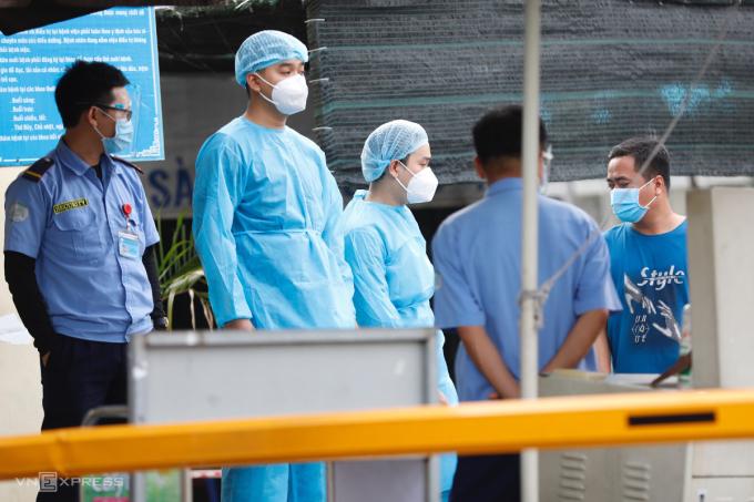 Người ra vào Bệnh viện Bệnh nhiệt đới TP HCM đang bị kiẻm soát chặt chẽ, chiều 12/6. Ảnh: Hữu Khoa.