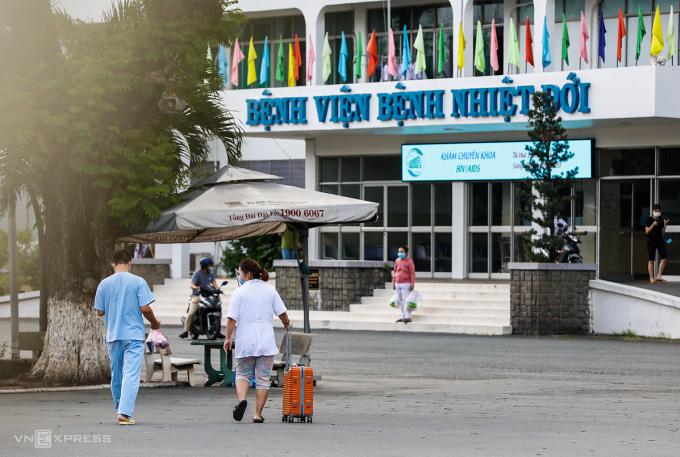 Nhân viên Bệnh viện Bệnh Nhiệt đới TP HCM, chiều 12/6. Ảnh: Hữu Khoa.