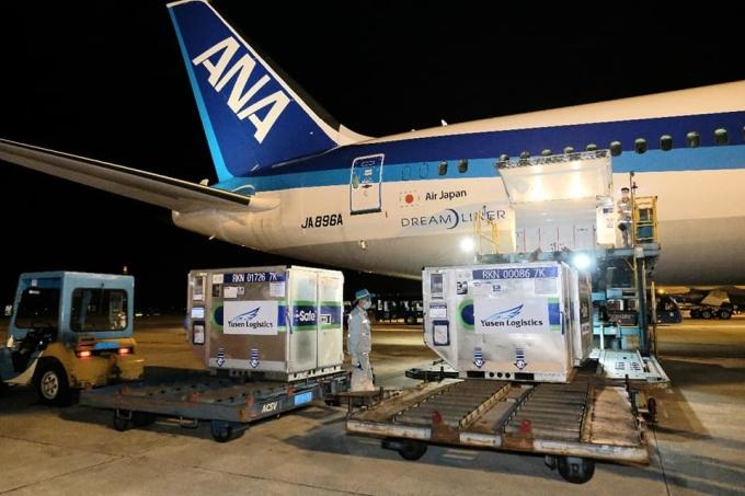 Lô vaccine Nhật Bản tặng Việt Nam về sân bay Nội Bài tối 16/6. Ảnh: Trần Minh.