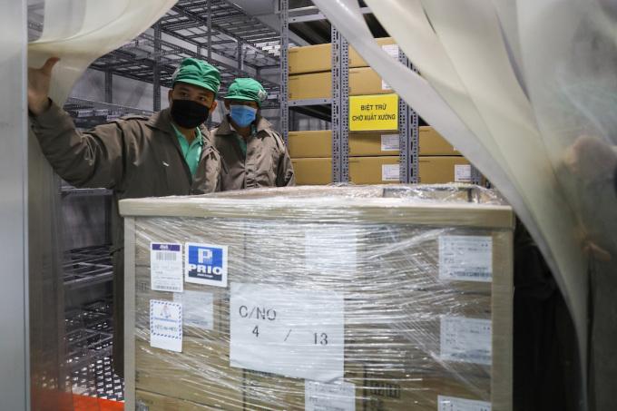 Các lô vaccine Covid-19 Nhật Bản viện trợ được Bộ Y tế phân bổ cho TP HCM nhập kho Viện Pasteur TP HCM ngày 17/6/2021. Ảnh: Quỳnh Trần (Ảnh dùng lần đầu ạ)