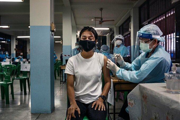 Người dân Thái Lan được tiêm vaccine Sinovac tại một điểm tiêm chủng ở Bangkok, tháng 5/2021. Ảnh: NY Times