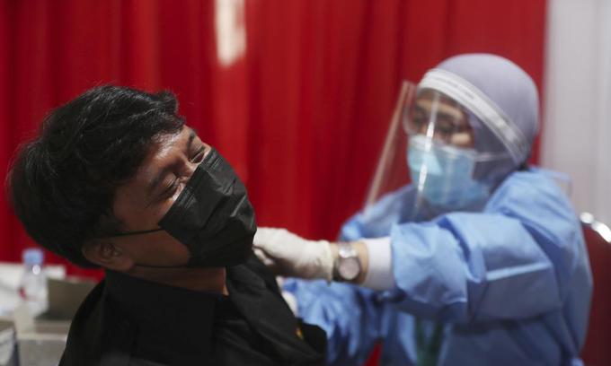 Một người đàn ông được tiêm vaccine Covid-19 tại Bekasi, ngoại ô Jakarta, Indonesia, hôm 17/6. Ảnh: AP