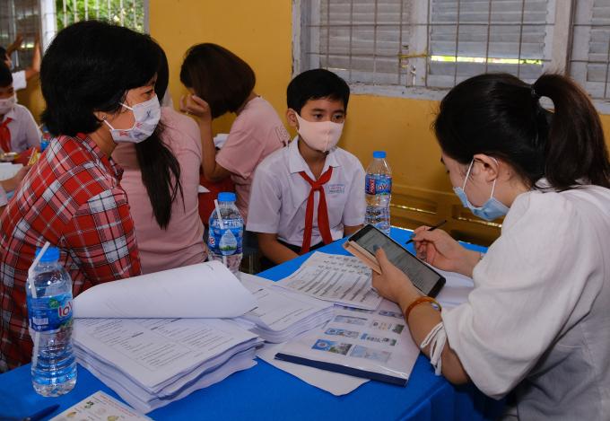 Một học sinh và người giám hộ được phỏng vấn khẩu phần dinh dưỡng hàng ngày vào tháng 11/2020 tại huyện Châu Thành, tỉnh Đồng Tháp.