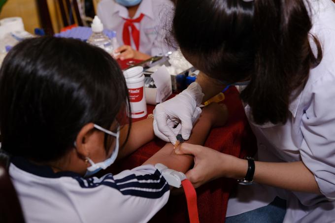 Nhân viên lấy máu xét nghiệm cho trẻ vào tháng 11/2020 tại