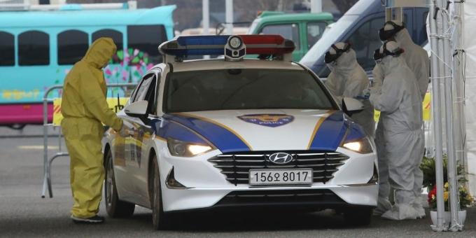 Nhân viên y tế lấy mẫu bệnh phẩm từ một lái xe có các triệu chứng Covid-19 tại trạm xét nghiệm drive-through ở Goyang hôm 1/3. Ảnh: AP