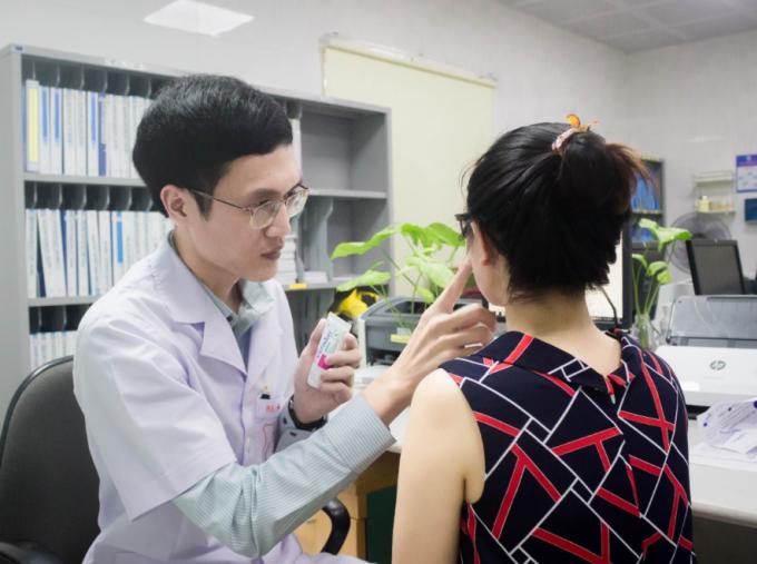 Một bệnh nhân được bác sĩ Hoàng Văn Tâm hướng dẫn bôi dưỡng ẩm Ceradan bổ sung ceramide, cholesterol, acid béo tự do với tỷ lệ 3:1:1.